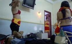 【着替え盗撮動画】お祭り?みんなでお揃いの衣装に着替える若い女性達の画像