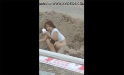 【野ション動画】友達に笑いながらスマホ撮影されて嫌な顔する女の子の画像