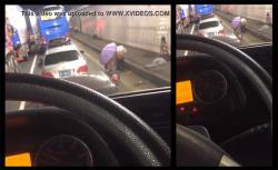 【野ション動画】大渋滞で仕方なく道路脇でオシッコする女の子達の画像