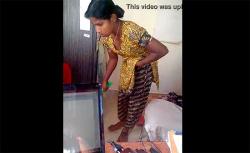 【インド家庭内盗撮動画】胸チラしながら掃除するメイドの画像
