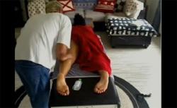 【マッサージ盗撮動画】タオルを片足ずつまくってからの・・・焦らした挙句に仰向けでダイレクトタッチの画像