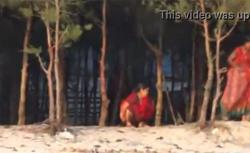 【オシッコ盗撮動画】木陰でオシッコするインド人の熟女の画像