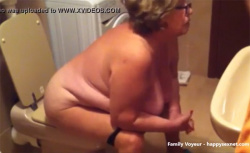 【民家トイレ盗撮動画】BBWな白人老女が用を足す風景オムニバスの画像