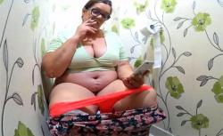 【民家トイレ盗撮動画】なんと言う風格・・・咥えタバコでスマホいじりつつ用を足す巨漢な熟女の画像