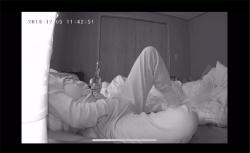 【民家トイレ盗撮動画】全裸でオシッコ最中、カメラに気付いてしまった女性の画像