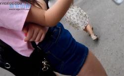 【ザーメンぶっかけ盗撮動画】ミニスカ女性の生足にこっそりザーメンぶっかける男の画像