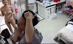 【中国民家盗撮動画】和服みたいな格好でスキンケアをする彼氏と黒乳首の彼女、その後は寝る前に愛あるセックスを楽しむの画像