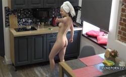 【民家盗撮動画】全裸で陽気に小躍りした後に料理を始める陽気な金髪女性の画像