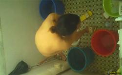 【中国民家風呂盗撮動画】シャワーを浴びる若い女の子の画像