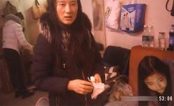 【売春宿盗撮動画】かつての黄金街を彷彿とさせる飾り窓越しに並ぶ女性達の画像