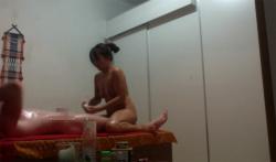 【タイマッサージ店盗撮動画】全裸で密着&手コキサービスのお店の画像