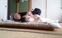 【隠し撮り】熟年カップルの自宅でのリアルな性行為の様子の画像