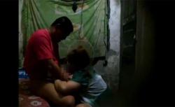 【中国裏風俗盗撮動画】清潔感皆無な掘っ立て小屋で交わる男女の画像