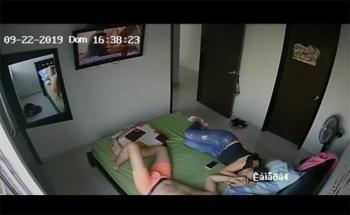 【民家盗撮動画】ベッドで仲良くTVを見ていたカップル、唐突にセックスを初めるの画像