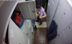 【悲報】某有名フライドチキンチェーンのアルバイト店員、着替えを盗撮&ネットに晒されてしまう・・・・(動画有り)の画像
