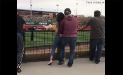 【バカップル盗撮動画】スポーツ観戦しつつ彼女の股間をまさぐる彼氏の画像