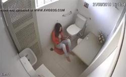 【海外刑務所盗撮動画】独房内で自慰行為に及んでしまう女性囚人の画像