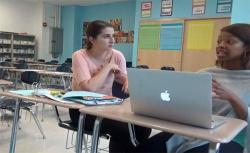 【盗撮動画?】教室で何かをしている女性2人の画像