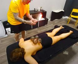 【カッピングマッサージ動画】パンツ一丁の女性が、ゴリゴリにタトゥーが入った男性マッサージ師から吸い玉施術を受けるの画像