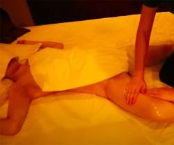 【女性向けマッサージ店施術動画】30代女性が全裸で男性セラピストにオイルマッサージを受ける様子の画像