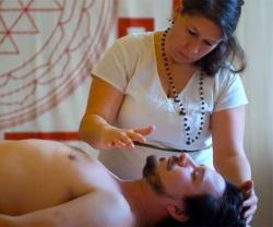 【気孔マッサージ動画】豊満熟女に手をかざされてビクンビクンしちゃう男性の画像