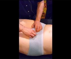 【リンパマッサージ動画】女性の下腹部をパンツの上から指圧する男性マッサージ師の画像