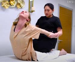 【タイ古式マッサージ動画】若い白人女性が丸山礼似のセラピストから初めてのタイ古式マッサージ施術を受ける様子の画像