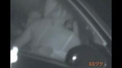 狭い車内で裸になりエロ行為に及ぶカップル、激しくヤりまくるカーセックスを赤外線盗撮の画像