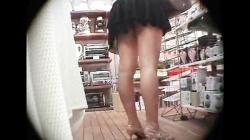 店内のミニスカギャル達に接近、チラ見のパンツやしゃがみパンチラに過激な下着バッチリ盗撮の画像