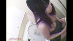 トイレでオナニーに耽るエロギャル、股間に乳首を刺激するドすけべ変態ギャルの画像