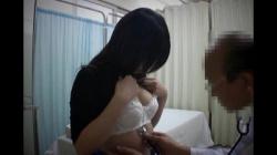 診察に訪れたギャルに中年医師が卑猥行為を、聴診に触診し見せ付け咥え舐めさせる強制フェラの画像