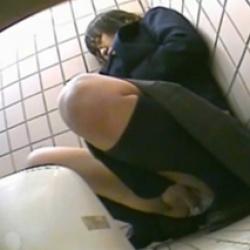 制服JKをストーカーして公衆トイレでまさかのオナニーする女の子を盗撮wwの画像