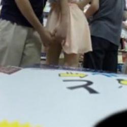 ※バレました!本屋でギャルのスカートの中身を盗撮しようとしたら手を振り払われる…の画像