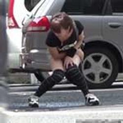 【無修正】オシッコが我慢できなくて、人気の少ない駐車場でお漏らししちゃうミニスカ黒ニーソのお姉さんをじっくり盗撮しましたwwの画像