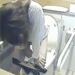 【トイレ盗撮】カフェの女子トイレでギャルがタンポンを交換してるところ撮れたwの画像