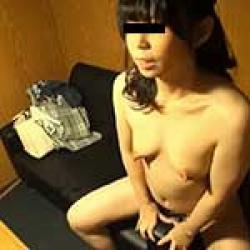 【オナニー盗撮】ネカフェで全裸オナニーしている変態女を発見!ソファの手すりにマンコこすり付けて喘ぎまくりwwの画像