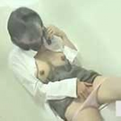公衆トイレで電話しながらオナニー!巨乳丸出しで手マンしちゃってる変態娘を盗撮wwの画像