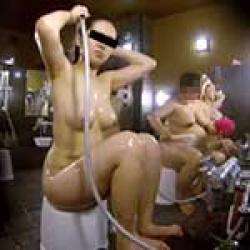 女性盗撮師が女湯で巨乳の素人女性を至近距離で盗撮!プルンプルン揺れるオッパイが抜けますよwwの画像