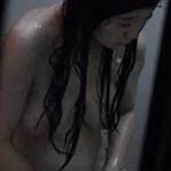 風呂場の窓からこっそり入浴中の隣人の巨乳娘を盗撮してたら最後バレたwwの画像