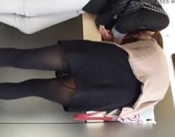 チャンス!前屈みになってるお姉さんの背後に忍び寄りパンツを狙い盗撮の画像