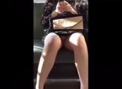 電車内でスマホに夢中で小股が緩くなってる可愛い子の白いおパンツ盗撮の画像