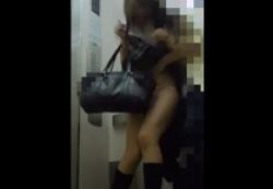 お買い物中のギャル系制服女子を盗撮痴漢ストーキング、エレベーターで襲うの画像
