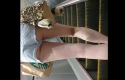 エスカレーターでショートパンツはみけつお姉さんのを盗撮の画像