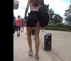 鞄にスカートが引っかかってパンチラしちゃってるスレンダー女性を盗撮の画像