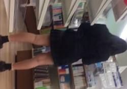パンチラ盗撮・制服女子のツルツル生パンツを逆さ撮りの画像