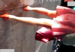 痴漢男パンツ盗撮!夜道でスカートを捲り声をかけ二の腕タッチ!ガチ恐怖で逃げる女性の画像