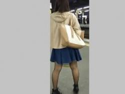 4名女性スカート捲ってパンツ逆さ撮り!3人目のお姉さんが超可愛いの画像