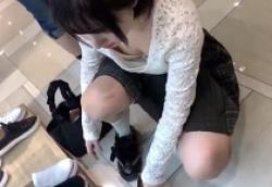 靴屋で清楚系ふんわり黒髪ショート美少女の胸ちら乳首おっぱいを狙う盗撮師の画像