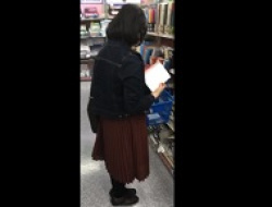 安産型のむっちりお姉さんのロングスカにカメラ入れパンツ逆さ撮りの画像