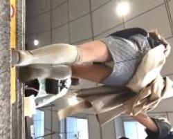 駅の階段でギャル系の若い子のパンツを後ろから逆さ撮りの画像